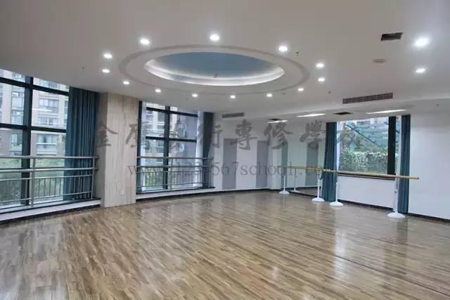 明亮的舞蹈教室